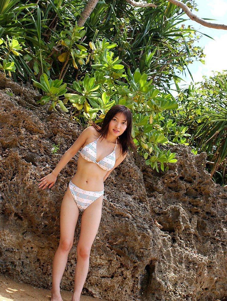 cởi áo bikini đi tắm biển