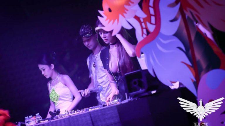 DJ Linh Kem khoe ngực