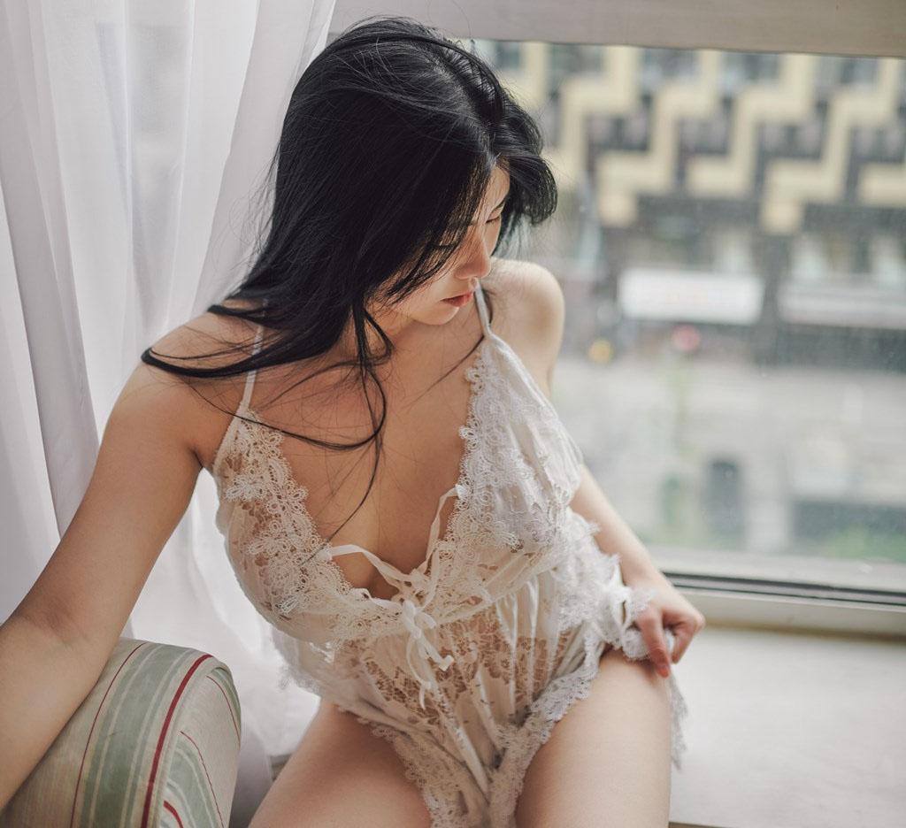 Mrcong - Người mẫu Selena Gomez châu Á thả dáng bên cửa sổ