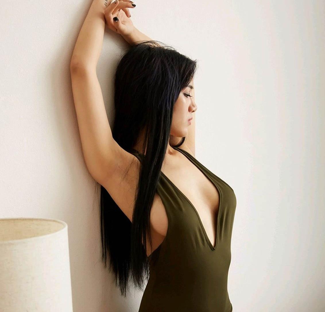Ảnh gái mặc Bikini màu xanh hở hang, hở nốt Ty trên áo áo